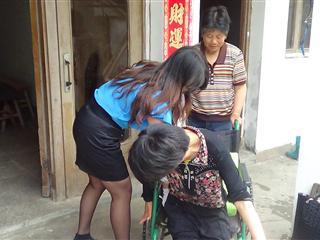 村干部走访慰问我村部分残疾人家庭