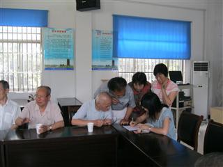 八坼社区老党员为困难群众献爱心