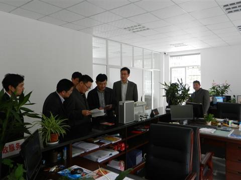 区委组织部部长来我村调研指导教育实践活动