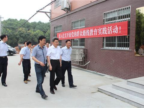 区委书记梁一波调研指导严东村群众路线工作