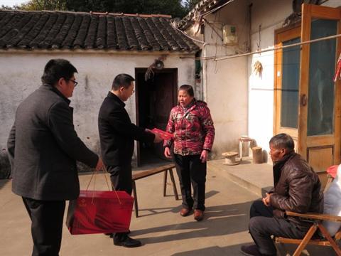 2015年春节前夕,太湖新城党工委副书记、管委会主任、松陵镇党委书记朱建文走访南厍村贫困户。