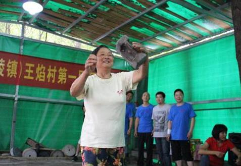 王焰村举办第一届石锁比赛