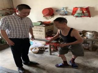梵香村党总支书记对困难户进行走访慰问